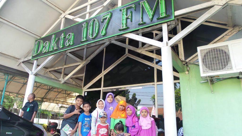 "KUNJUNGAN KE RADIO DAKTA 107 FM "" DUBBING LENONG TASKIA"" - AKTIVITAS SISWA SISWI SDIT PRESTASI CENDIKIA"